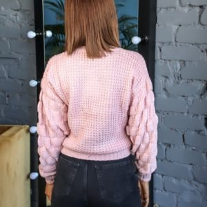 Заказать женский пудра свитер с объемными рукавами и имитацией завязки недорого