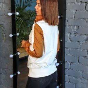 Приобрести белого цвета худи для женщин с цветными вставками и карманом (размер 42-50) онлайн