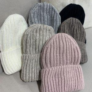 Купить на распродаже женскую теплую вязаную шапку разных цветов на флисовой подкладке