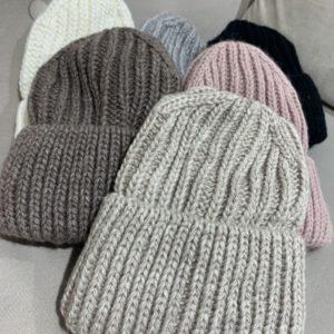 Купить разных цветов женскую теплую вязаную шапку на флисовой подкладке по скидке