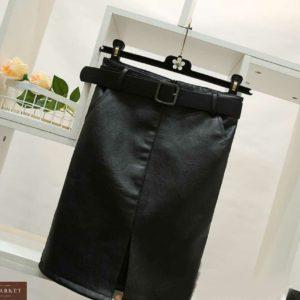 Купить по скидке черную женскую юбку из эко кожи с поясом и разрезом спереди