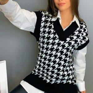 Заказать онлайн женскую жилетку с принтом гусиная лапка черного цвета