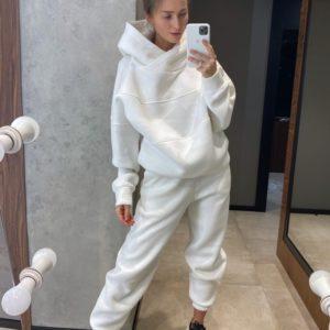 Заказать белого цвета женский теплый спортивный костюм с худи оверсайз в интернете