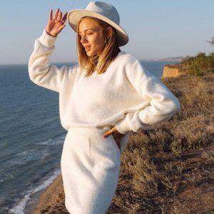 Купить недорого белого цвета костюм: кофта оверсайз и юбка мини для женщин