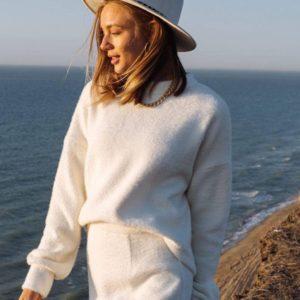 Заказать женский белый костюм: кофта оверсайз и юбка мини дешево