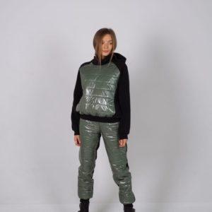Купить онлайн женский хаки теплый костюм на флисе с отделкой из лакированной плащевки по скидке