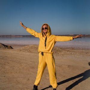 Приобрести желтого цвета костюм-тройка из мягкой петельной трехнитки по скидке для женщин