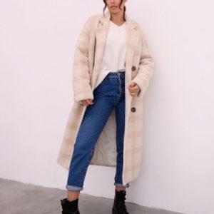 Купить выгодно бежевое женское зимнее пальто в клетку с поясом