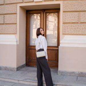 Купить по скидке женскую хлопковую белую рубашку с карманами (размер 42-48)
