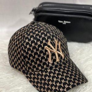 Замовити онлайн жіночу бейсболку NY з дрібним принтом чорного кольору