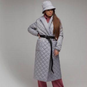 Купить онлайн серую женскую стеганую длинную куртку на запах с поясом