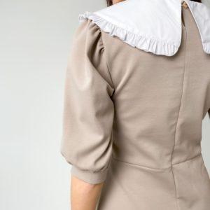 Заказать бежевое платье для женщин с белым воротником и рукавами-фонариками недорого