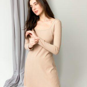 Заказать бежевое лаконичное женское платье из трикотажа с длинным рукавом в интернете