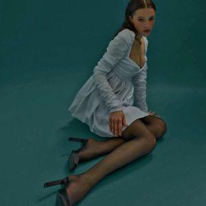 Заказать белое платье для женщин длины мини с драпировкой и длинным рукавом недорого