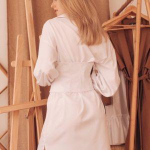 Заказать белое женское платье-рубашка с объёмными рукавами со съёмным корсетом по скидке