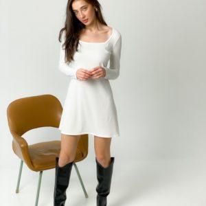Заказать белое женское лаконичное платье из трикотажа с длинным рукавом в интернете
