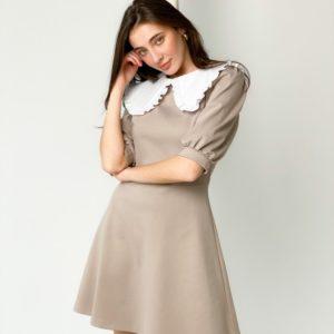 Купить по скидке женское платье с белым воротником и рукавами-фонариками бежевого цвета