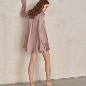 Приобрести в интернете женское платье свободного кроя из атласа-шелка бежевого цвета