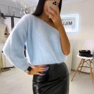 Приобрести голубой женский теплый свитер на одно плечо в интернете