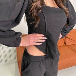 Заказать черного цвета женский костюм из рибаны с объемными рукавами недорого
