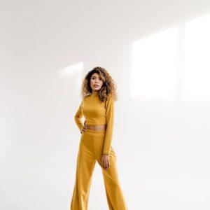Купить горчичного цвета костюм: штаны оверсайз+топ с длинным рукавом для женщин (размер 42-48) недорого