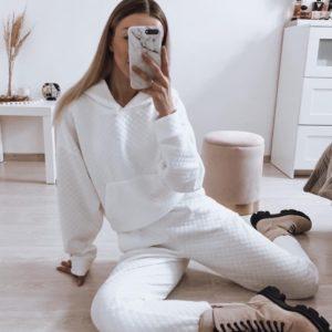 Приобрести белый структурный спортивный костюм для женщин с капюшоном выгодно