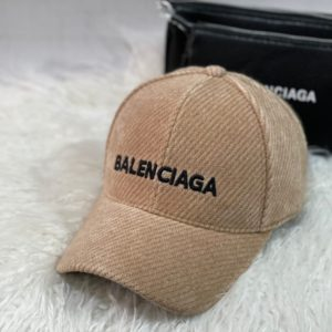 Заказать онлайн кепку женскую Balenciaga бежевую из вельвета