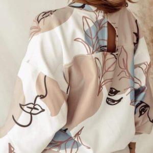 Придбати бежевого кольору прінтовану блузу для жінок з особами в Україні тренд