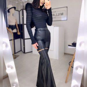 Заказать онлайн черные брюки клеш из эко кожи с застежками для женщин тренд