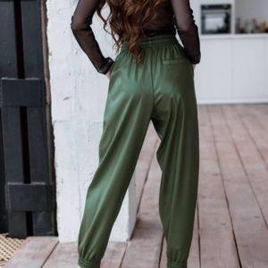 Приобрести женские брюки из эко кожи на резинке цвета хаки с карманами по низким ценам