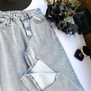 Заказать онлайн голубые светлые джинсы с разрезами для женщин