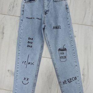 Купить голубые женские джинсы Мом с принтом недорого