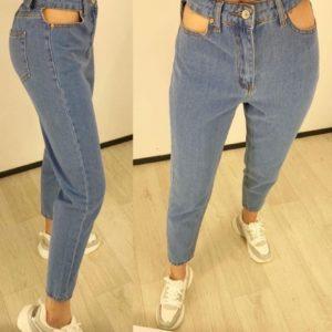 Заказать онлайн голубые джинсы Мом женские с вырезами в карманах