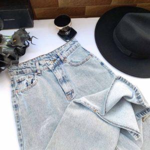 Купить трендовые женские светлые джинсы голубые с разрезами по скидке
