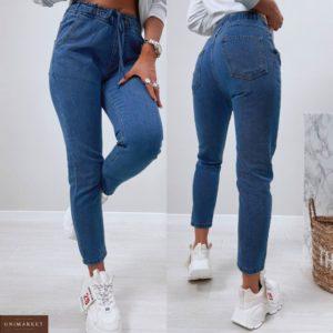 Купить по скидке женские джинсы Мом на резинке синего цвета