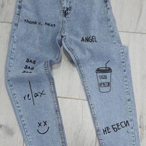 Приобрести женские джинсы голубого цвета Мом с принтом по скидке