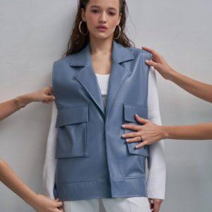 Заказать женскую голубого цвета жилетку из эко кожи с накладными карманами онлайн
