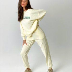 Заказать онлайн желтый спортивный костюм для женщин со свитшотом с надписью (размер 42-50) недорого
