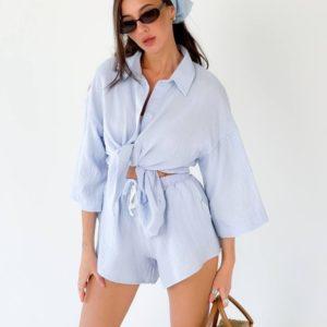 Купить трендовый женский летний костюм с шортами голубого цвета из жатки (размер 42-48) онлайн