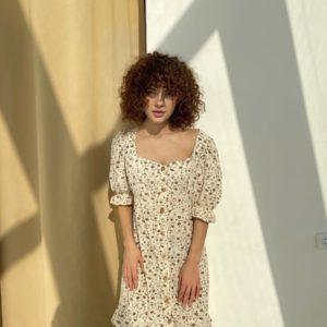 Заказать бежевое принтованное женское платье-рубашка с рукавами-фонариками (размер 40-56) на распродаже на лето