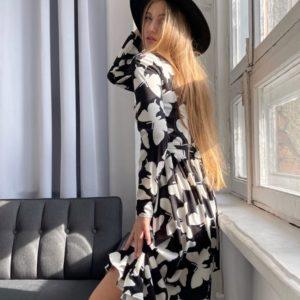 Заказать по скидке женское закрытое платье с рюшами с принтом бабочки (размер 42-52) черно-белого цвета