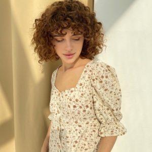 Купить дешево женское принтованное платье-рубашка на весну с рукавами-фонариками (размер 40-56) бежевое