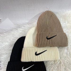 Приобрести мокко, молочного, черного цвета шапку Nike для мужчин и женщин с отворотом недорого
