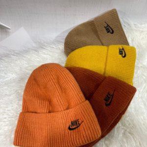 Приобрести недорого оранжевую, бордо, мокко, горчица шапку в спортивном стиле nike для мужчин и женщин