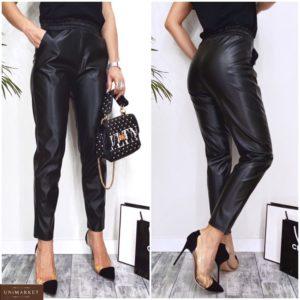 Купить черные зауженные женские брюки на резинке из эко кожи (размер 42-48) по скидке