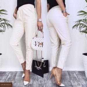 Заказать недорого на распродаже женские зауженные брюки на резинке из эко кожи (размер 42-48) цвета молоко