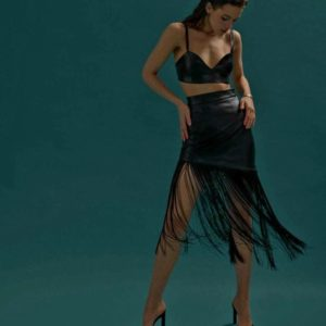 Заказать женскую черную юбку с бахромой из эко кожи по скидке