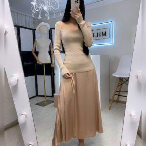 Заказать онлайн женскую юбку миди бежевого цвета из шелка армани трендовую