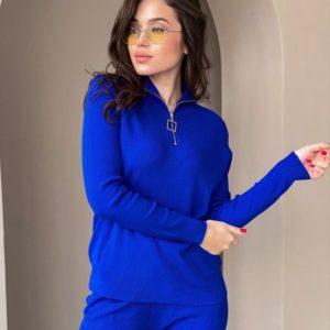 Заказать онлайн женский однотонный вязаный костюм со змейкой на воротнике синего цвета