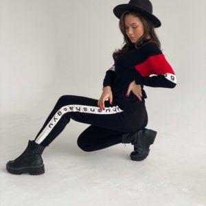 Заказать вязаный черный костюм для женщин с надписями на лампасах недорого